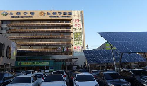 蘆原區行政大樓的外觀,雖是舊大樓,但陽台跟停車場都是太陽能板。攝影:陳文姿。