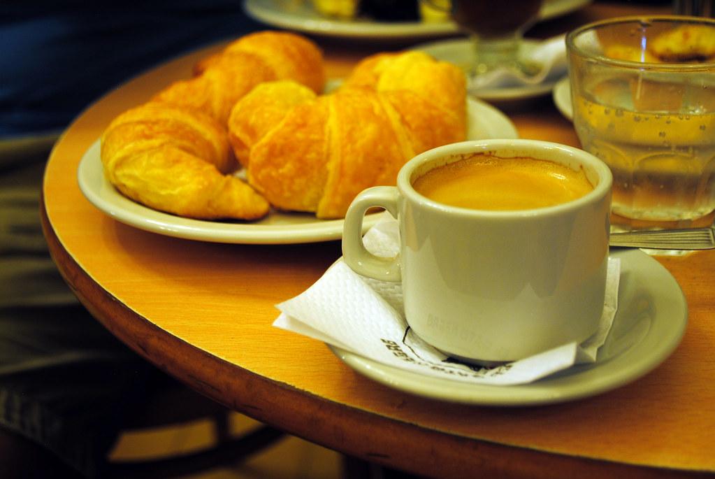 Mediaslunas, café en jarrito y agua mineral en Café El Gato Negro