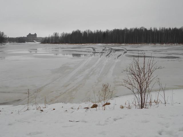 Poikkeuksellisen aikaisen kevään ja sulamisen erikoisilmiöitä: moottorikelkkailun loppu Hämeenlinnassa 21.2.2015