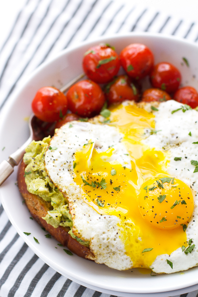 Guacamole-Style Avocado Toasts with Fried Eggs #friedeggs #avocadotoasts #healthybreakfast #guacamole | Littlespicejar.com