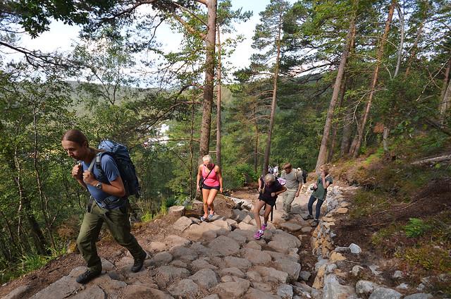 Comienzo de la ruta al Preikestolen por la conocida zona como Bounder Hill