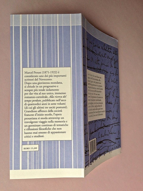 La ragazza con le rose rosse, di Marcel Proust. Nuova Editrice Berti 2014. [Responsabilità grafica non indicata]. Risvolto e quarta di copertina (part.), 1