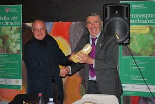 La consegna del fischietto in terracotta a Vitantonio Laricchia dal consigliere Minguccio Altieri