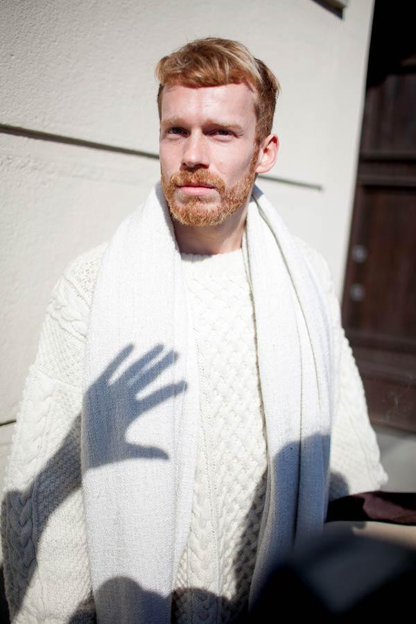 白フィッシャーマンズセーターに白マフラー