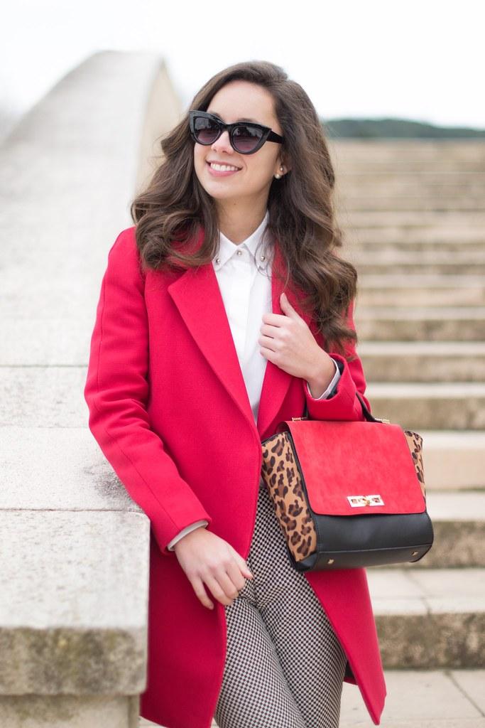 Cómo combinar un abrigo rojo y sorprender con tu look