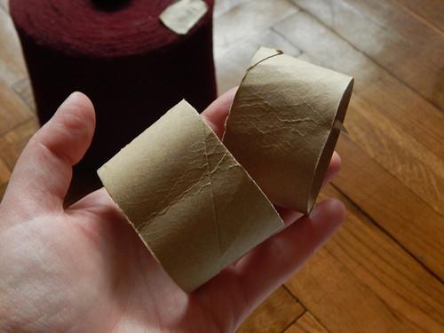 разрезала втулку от туалетной бумаги пополам