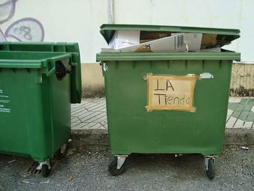 打開蓋子看看垃圾車裡有什麼東西。圖片來源:楊宗翰
