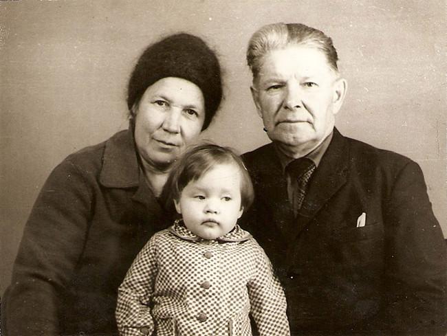 Катя Краснова, 1 год и 3 месяца, с бабушкой Лизой и дедушкой Ваней