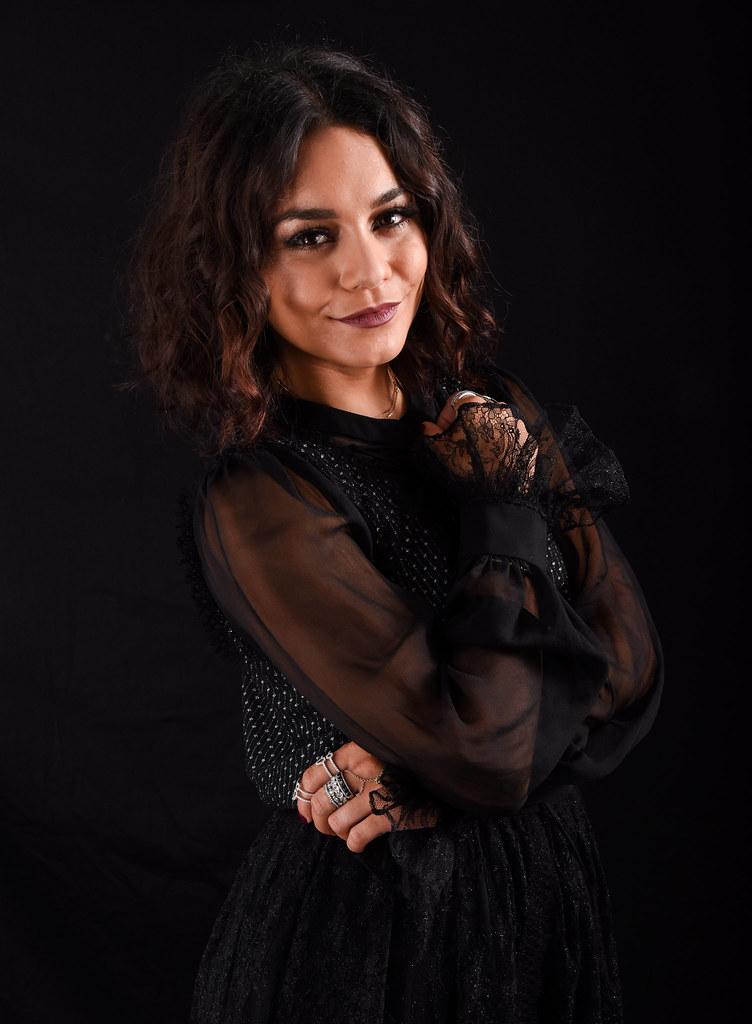 Ванесса Хадженс — Фотосессия для «Бессильные» на «Comic-Con» 2016 – 4