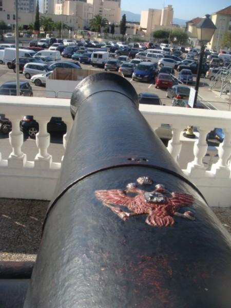 Пушка сделана на Александровском заводе в Петрозаводске находится на Гибралтаре