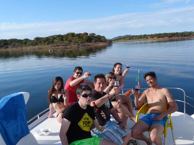 Brindando en el barco-casa que alquilamos en el Lago Alqueva con Amieira Marina