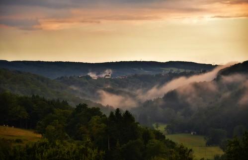 paysage landscape soir evening brume blamont village clocher église ciel sky août2016 monts hills nuages clouds forêt prairies vaches cows franchecomté doubs 25