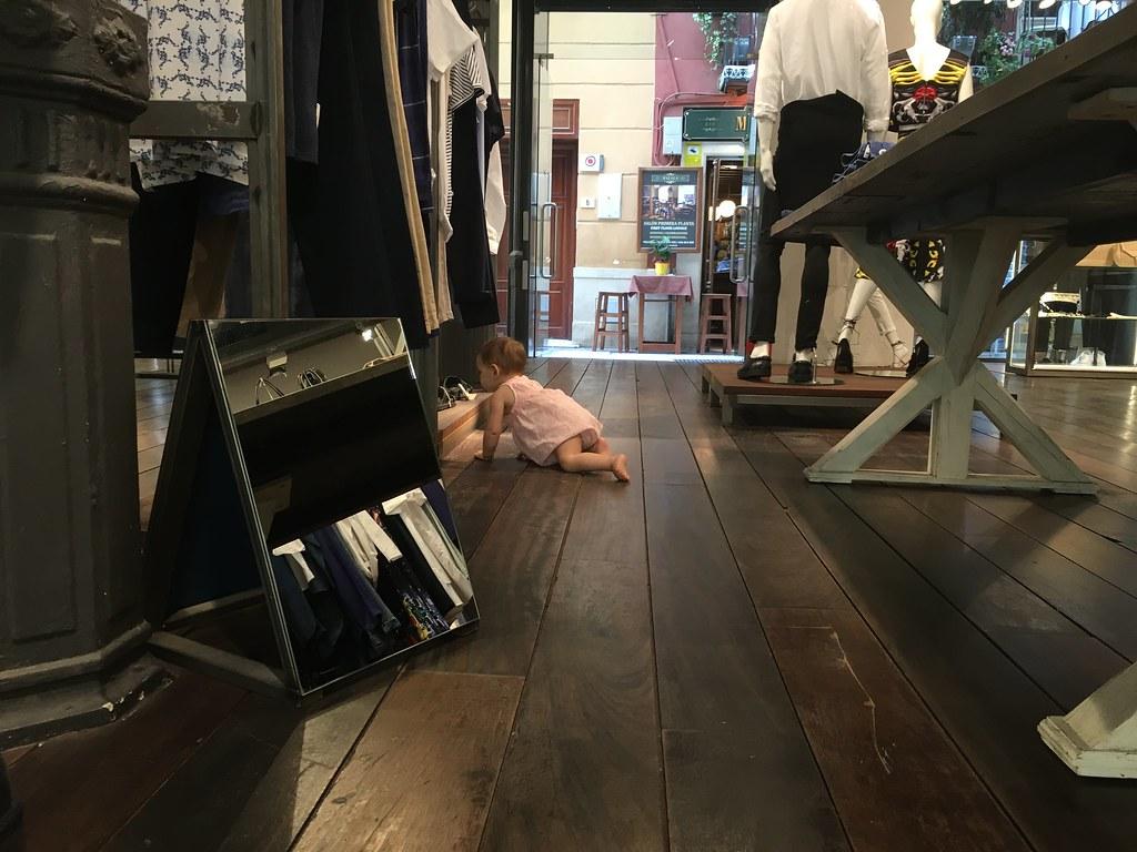 Eva investigando (y barriendo) una tienda.