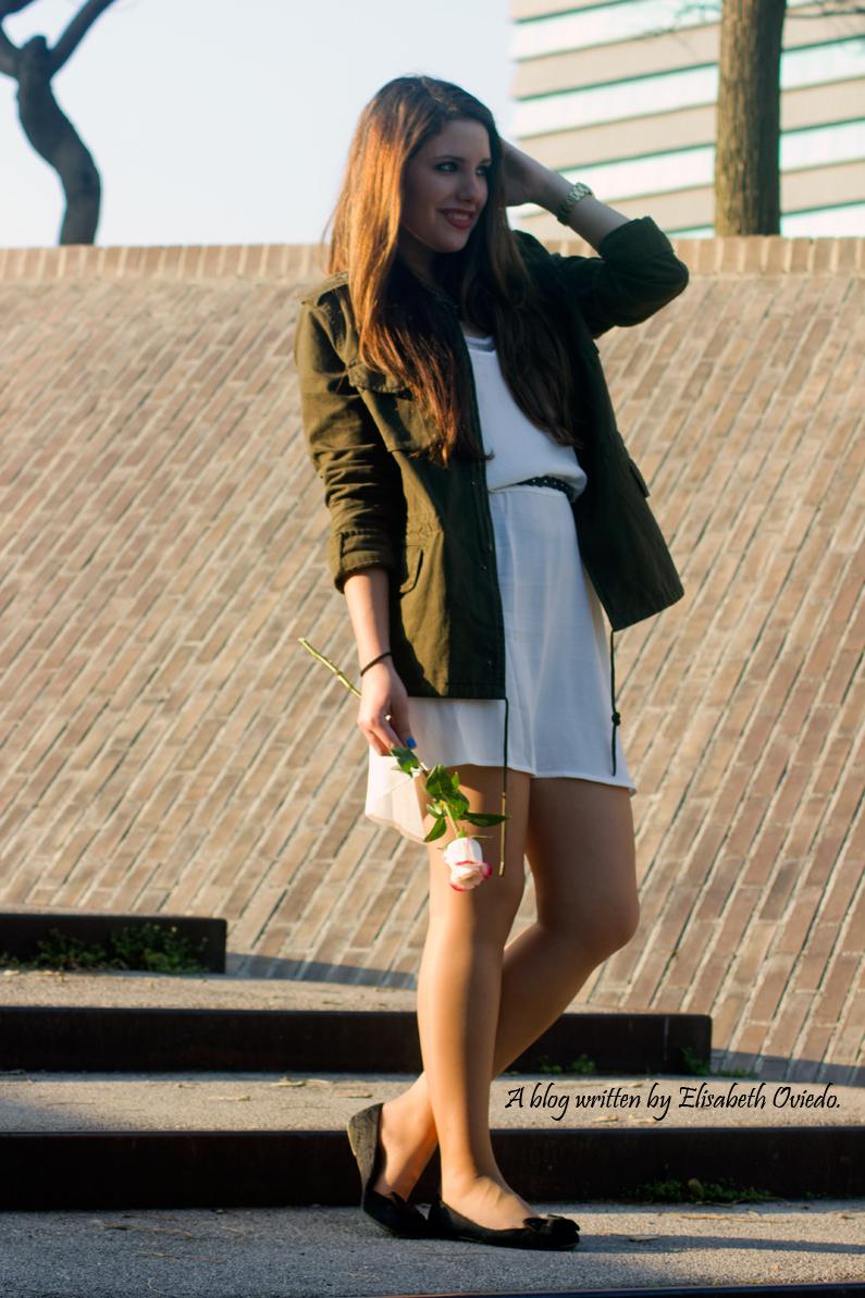 chaqueta militar y vestido blanco MANGO HEELSANDROSES (1)