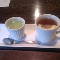 デザートは抹茶プリンと紅茶。紅茶はキャンディという銘柄らしい
