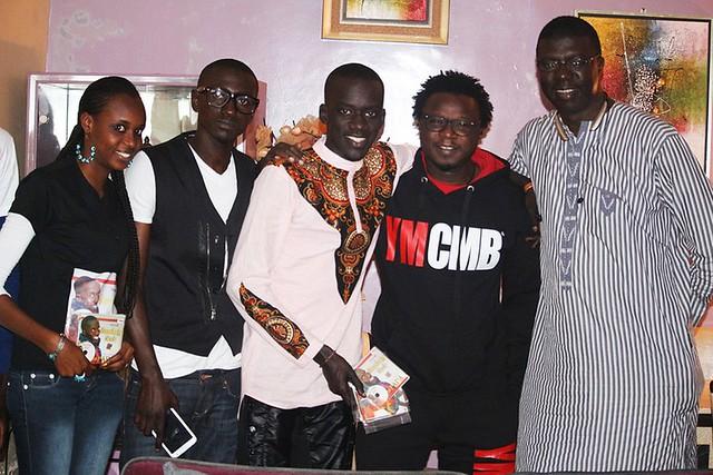 Bambaly en compagnie de Fallou Dieng et de son ami et frère Dj Salim avec ses CDs-BorderMaker