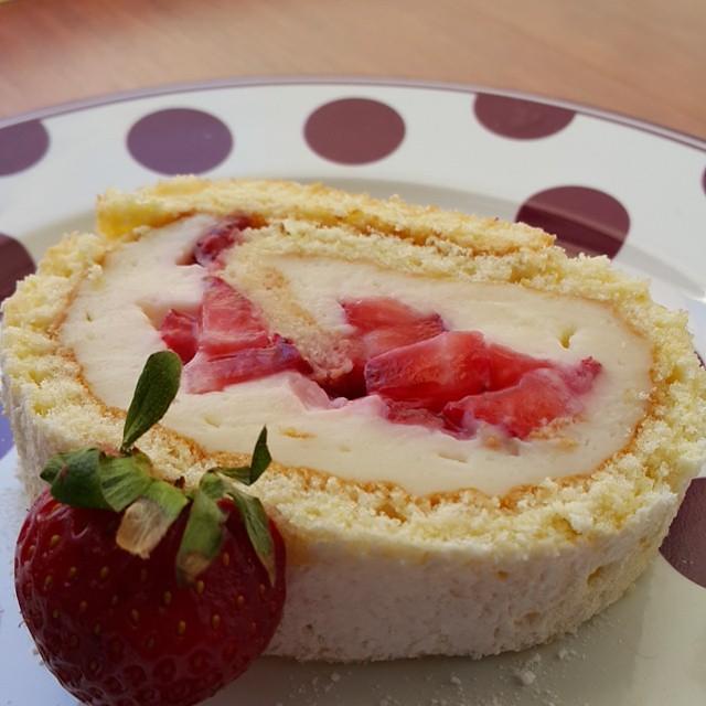 Cilekli rulo pasta hafta sonu iyi gider...tarif hafta ici www.yesilkivi.com da...