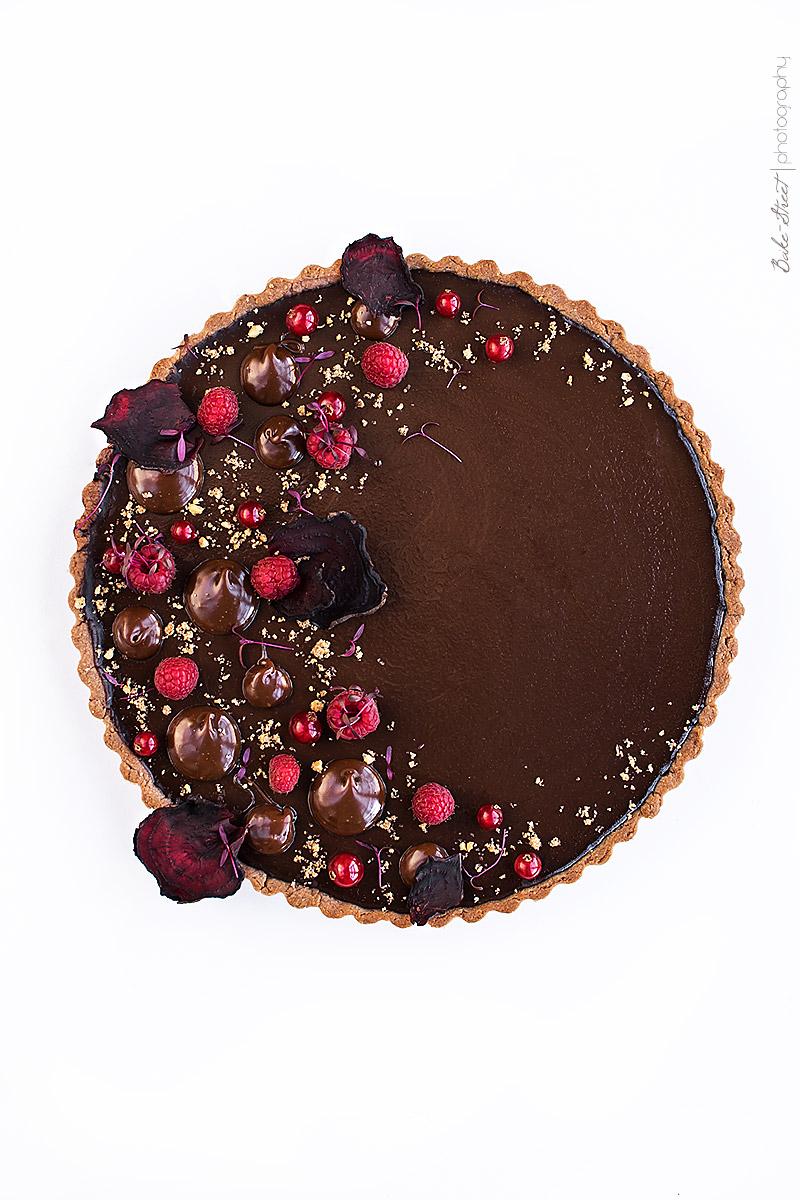 Tarta de chocolate, frambuesas y remolacha