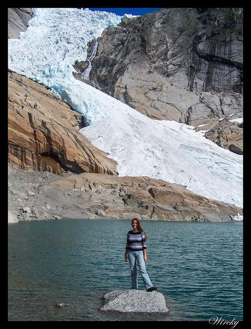 Fiordos noruegos Storfjord Geiranger Hellesylt Briksdal Loen - Sobre una roca del lago glaciar de Briksdal