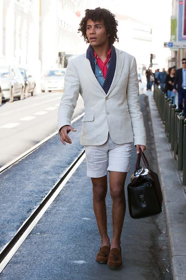 白ジャケット×白ハーフパンツ×茶タッセルローファー