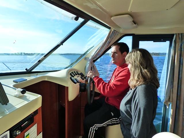 Sele y Rebeca en un barco-casa por el Lago Alqueva (Portugal)