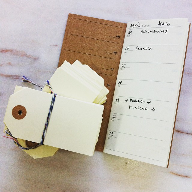 Não é só enviar encomendas. Também é bom recebê-las. Sou daquelas pessoas que ainda está no balcão dos correios e já está a abrir os envelopes. 📦📩#madeinpaper