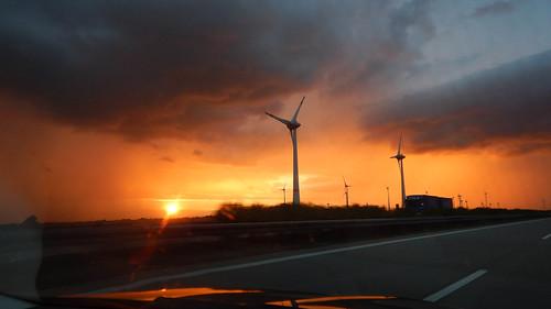 Sonnenuntergang auf der A9 bei Naumburg mit Windrädern