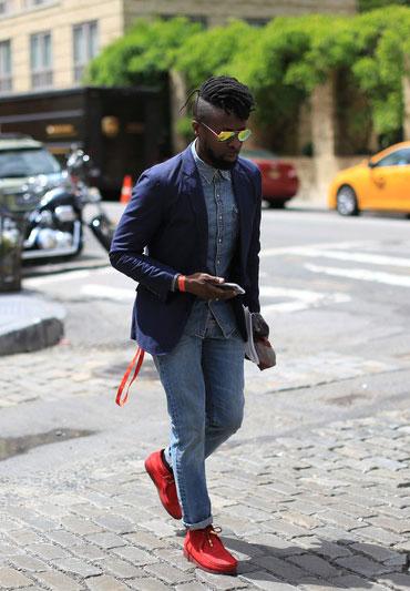 紺テーラードジャケット×デニムシャツ×デニムパンツ×赤ワラビー
