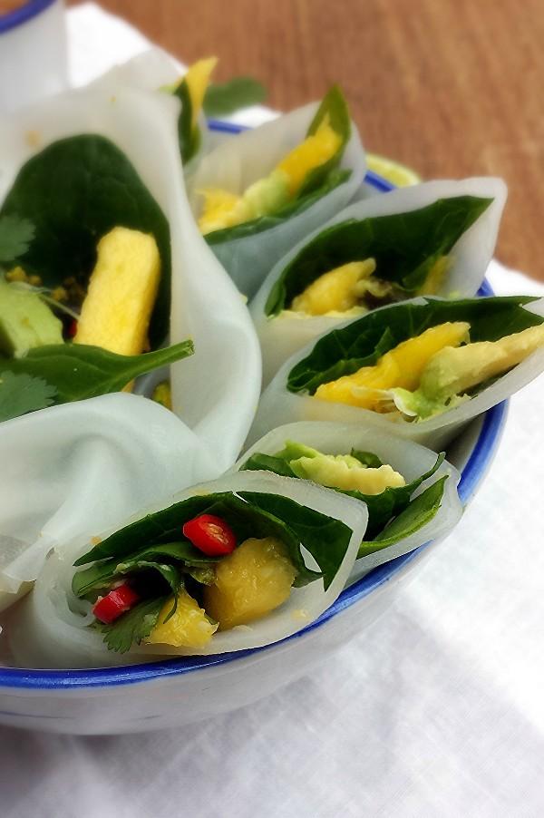 rollitos vietnamitas de aguacate y mango {con dip de cacahuetes}
