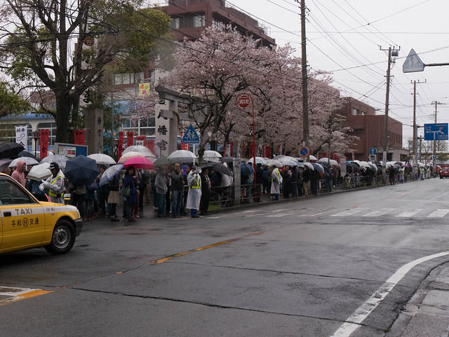 かなまら祭り/Kanamara Matsuri: waiting for the parade