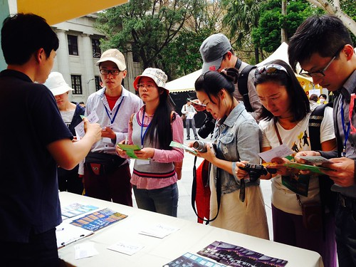 兩岸地球日訪問團的中國團員,來到綠色藝術市集非常讚嘆台灣環保的創意和活力。