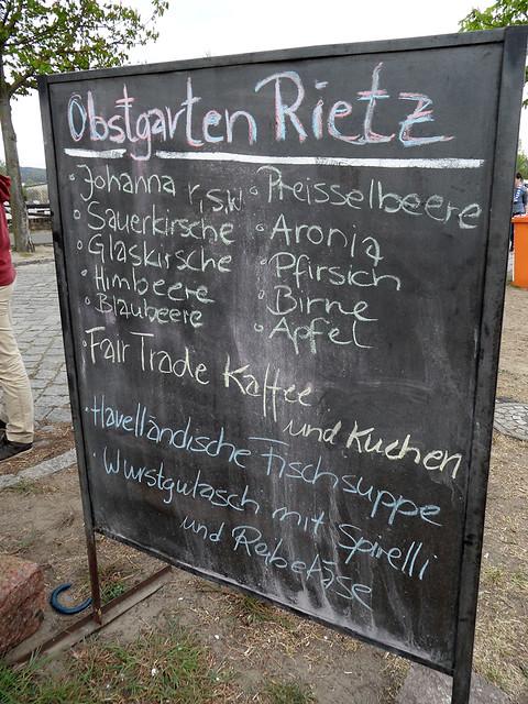 Tafel mit dem Angebot im Obstgarten Rietz - 136. Baumblütenfest Werder 2015