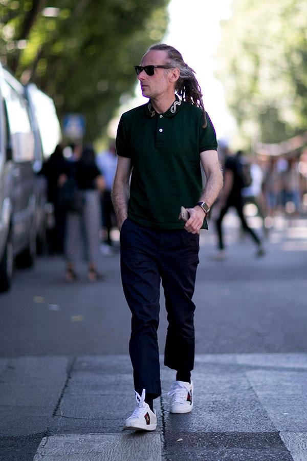 黒ポロシャツ×紺チノパン×白ローカットスニーカー