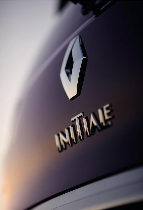 Логотип Renault на багажнике Espace