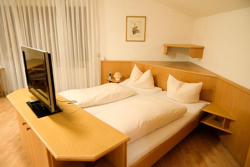 【床】其實是和整個客廳相連的,不過中間用一台電視隔開