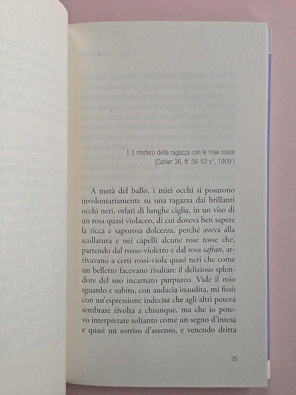 """La ragazza con le rose rosse, di Marcel Proust. Nuova Editrice Berti 2014. [Responsabilità grafica non indicata]. Incipiti della """"Nota al testo"""", premesso al testo il titolo della parte, allineato al margine sinistro , a pag. 25 (part.), 1"""