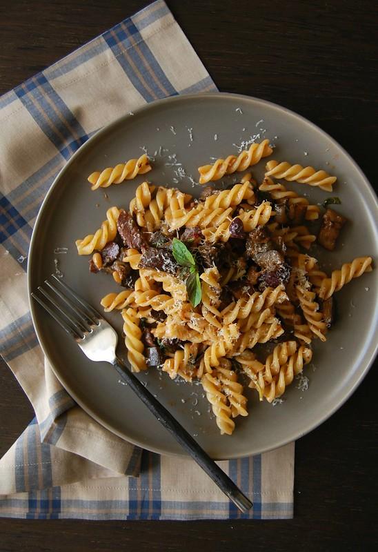 Fusilli with pine nuts and eggplant / Macarrão com pinoli e berinjela