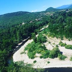 Bovenop de #berg houdt de weg op. Wat doe je dan als hardloper? Het #bos in, via een grindpad. Praktisch onbegaanbaar als renner, maar even later komt de beloning: dit adembenemende uitzicht over de #rivier die kronkelt door de Cévennen. #France #nature #