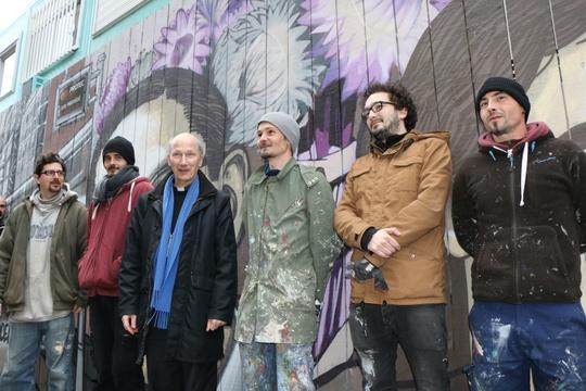 L'équipe des graffeurs La Crèmerie qui ont réalisé la fresque, avec Mgr d'Ornellas