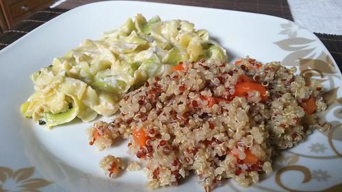 """Zucchini-""""Bandnudeln"""" in Ziegenjoghurt-Bärlauch-Soße mit Quinoa."""