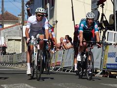 T Guernelec (Pays de Dinan) maillot blanc en compagnie de David Boutville (Laval Cyclisme) maillot vert passe la ligne d'arrivée