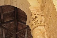 Chapiteau roman église Saint Ouen la Thène