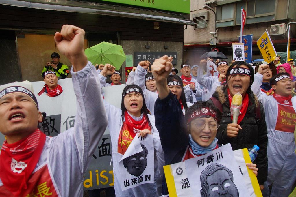 何壽川住處前,工人與聲援者們高呼口號。(攝影:王顥中)