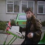Chriet Titulaer met beeldtelefoon op fiets