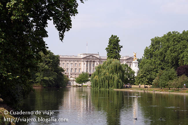 Buckingham Palace visto desde el parque de St. James © Paco Bellido, 2006