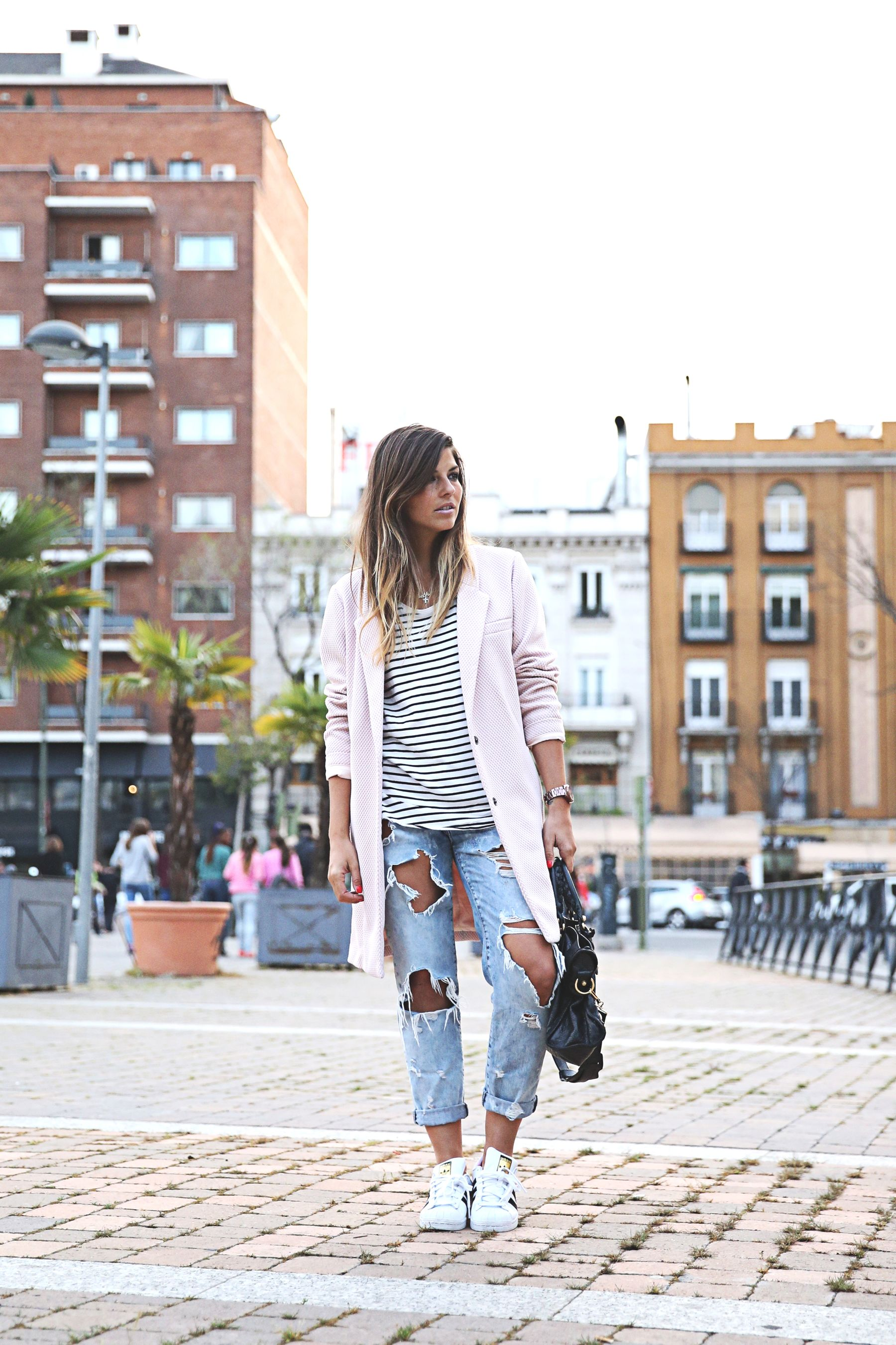 trendy-taste-look-outfit-street-style-sport-chic-camiseta-rayas-navy-marinero-boyfriend-ripped-jeans-vaqueros-rotos-adidas-superstar-4