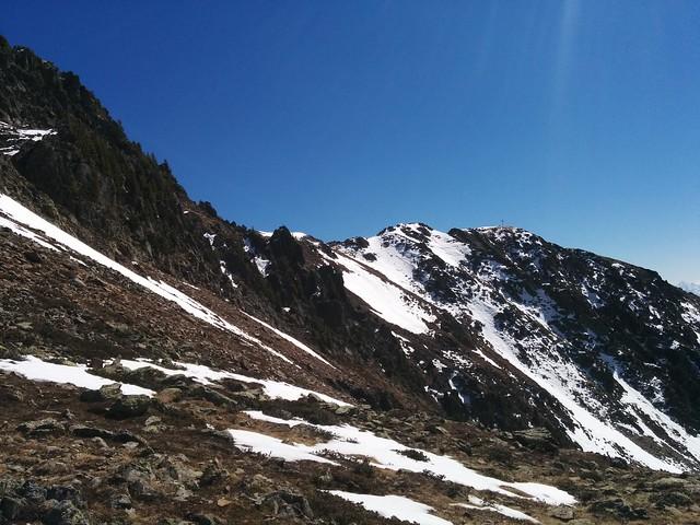 Aufstieg Schönbichl mit Blick auf das Gipfelkreuz
