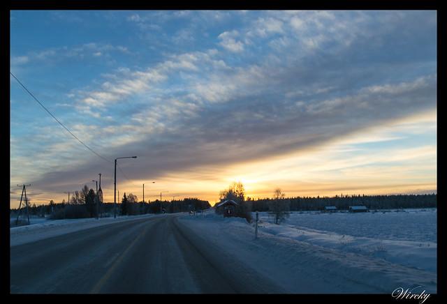 Laponia iglú cristal mina amatistas sauna finlandesa - Atardecer en carretera hacia Luosto