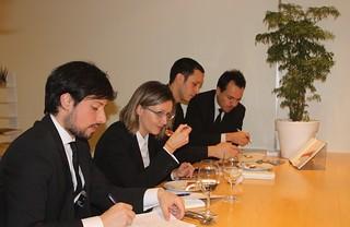 El equipo de sala, con Stefania Giordano a la cabeza, prueba los platos de la nueva carta.