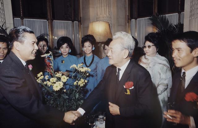 1968 - Paris Peace Talks - Ca sĩ Phương Đại, nghệ sĩ Năm Châu và Phùng Há - by Loomis Dean